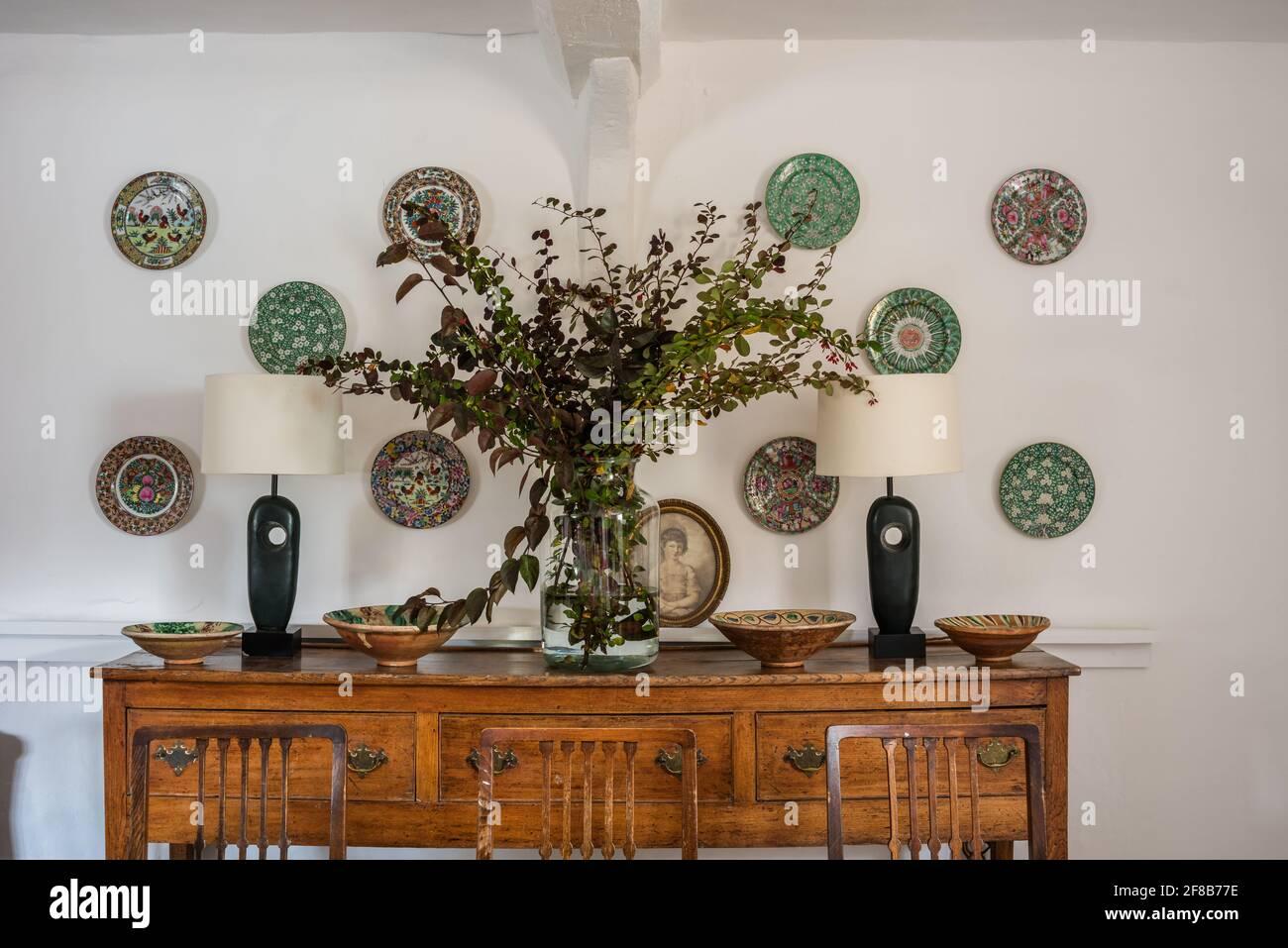 Plaques chinoises des années 1920 avec lampes et murs Grasse modernistes 'Clean White' dans la ferme Suffolk classée Grade II Banque D'Images