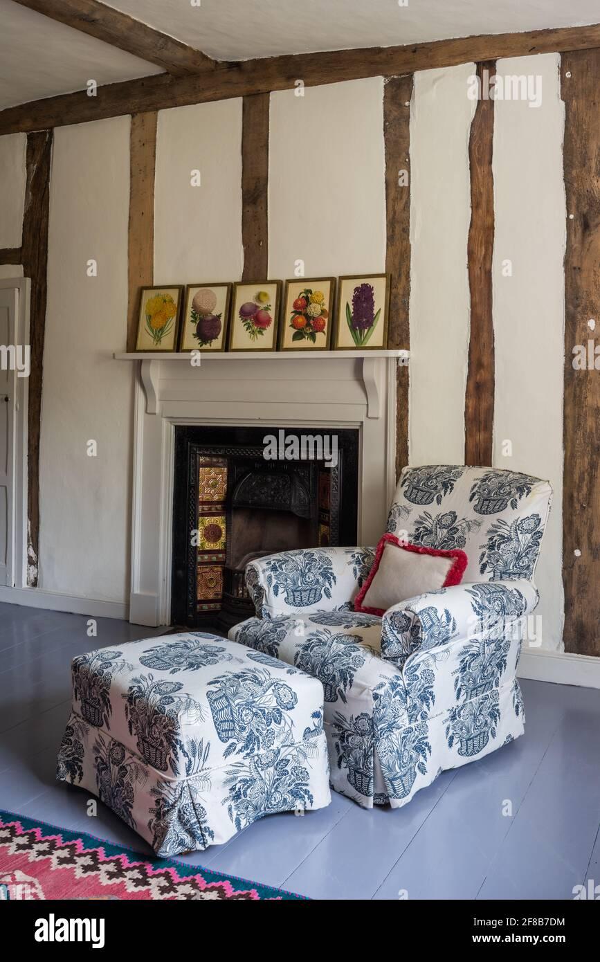 Fauteuil et repose-pieds en tissu Enid Marx en qualité II ferme Suffolk classée Banque D'Images
