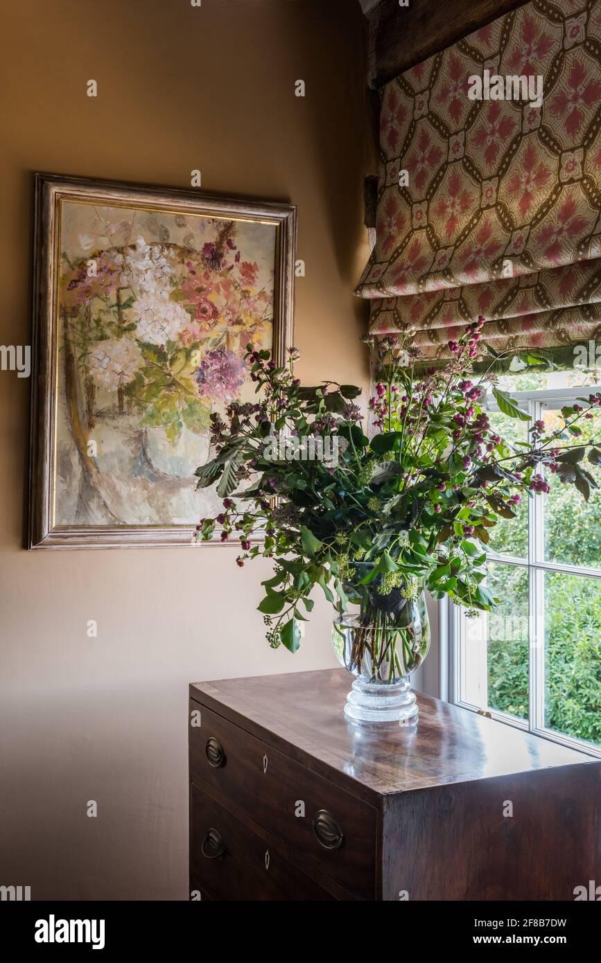 Anna Spiro stores en tissu avec fleurs sur la poitrine et les murs Dans 'Caddie' dans la ferme Suffolk classée Grade II Banque D'Images