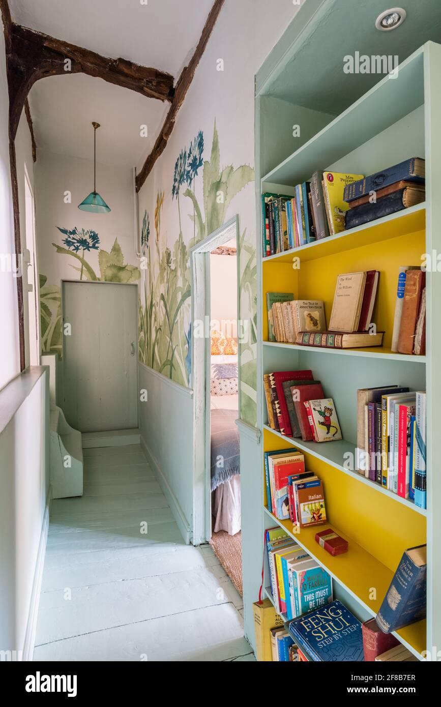 Papier peint et bibliothèque « Aloe Walk » dans le couloir de la deuxième année Ferme Suffolk classée Banque D'Images