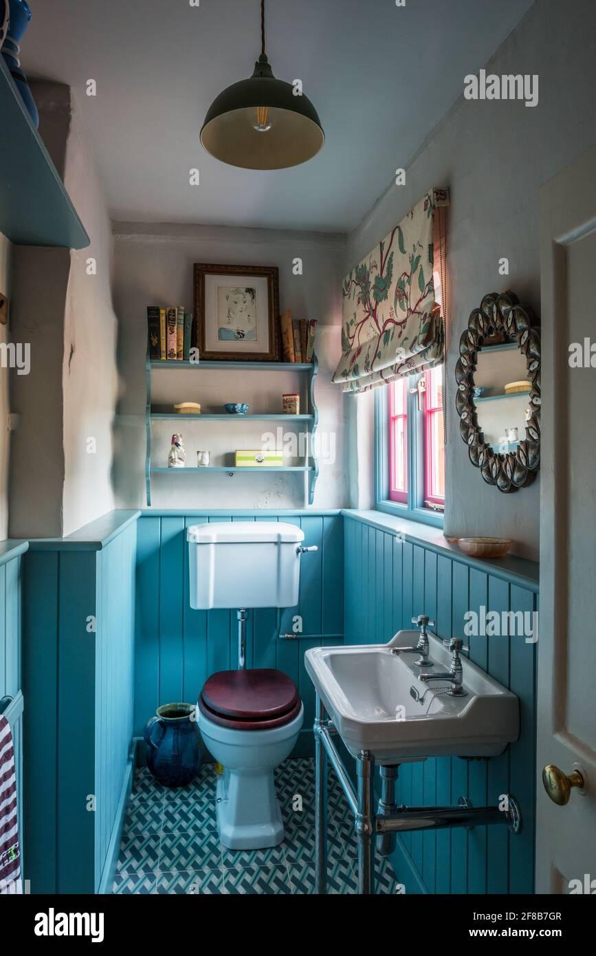 Petite salle de bains avec lambris turquoise de catégorie II Ferme Suffolk Banque D'Images
