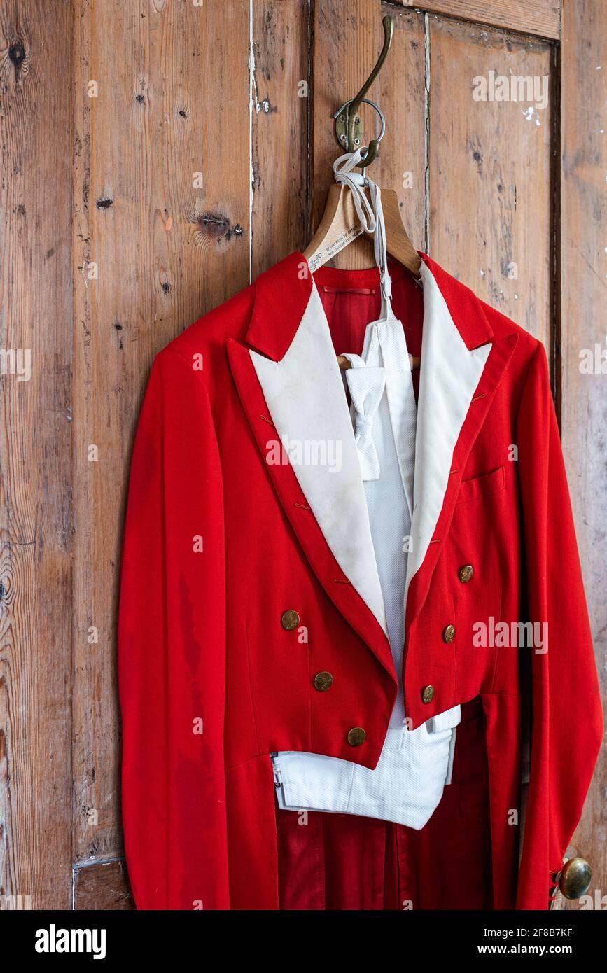 Porte-vêtements pour hommes rouge antique dans la ferme Suffolk classée Grade II Banque D'Images