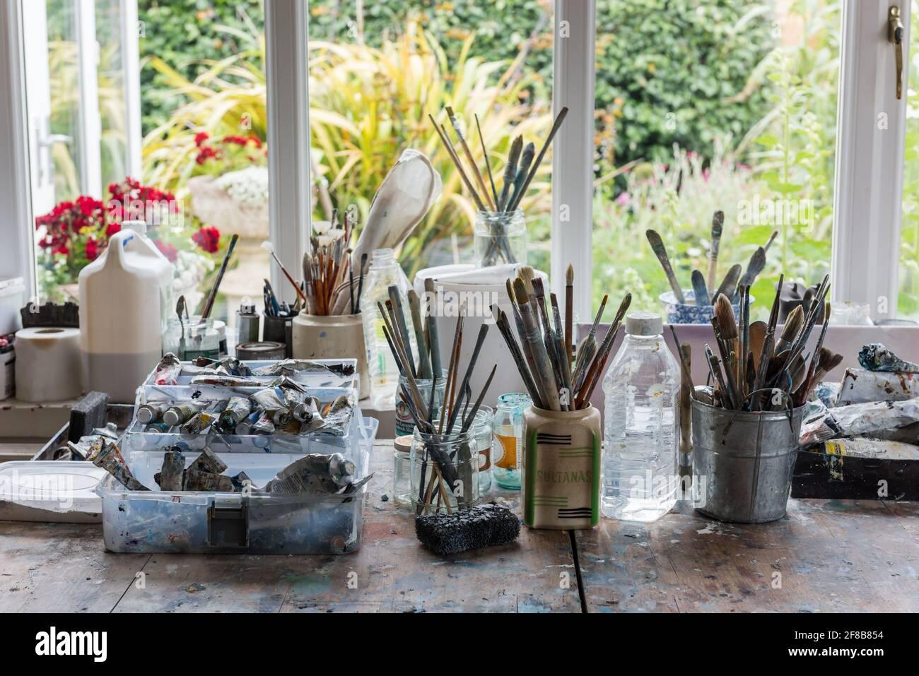 Brosses et peintures sur établi dans le studio côtier de West Sussex Banque D'Images