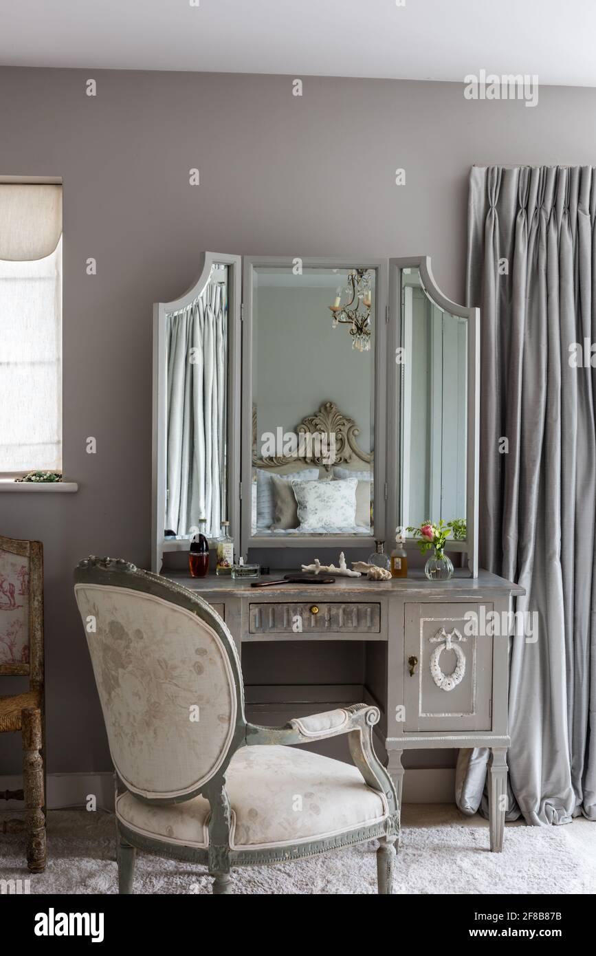 Coiffeuse Gustavian avec chaise française antique et murs dans la salle de lampe gris dans la chambre de West Sussex rénovation côtière. Banque D'Images