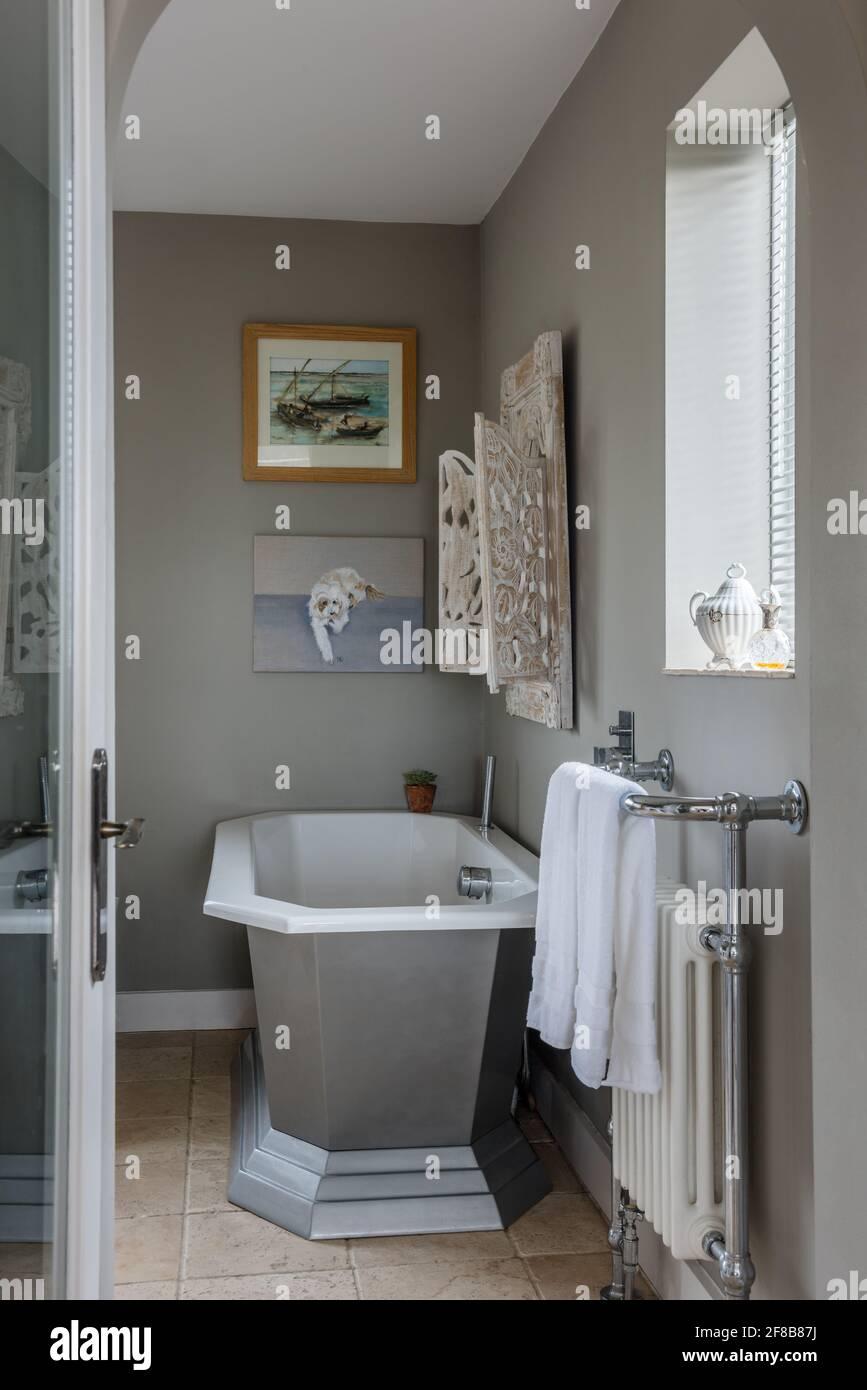 Miroir marocain au-dessus de la salle de bains Art déco dans le West Sussex, rénovation côtière. Banque D'Images