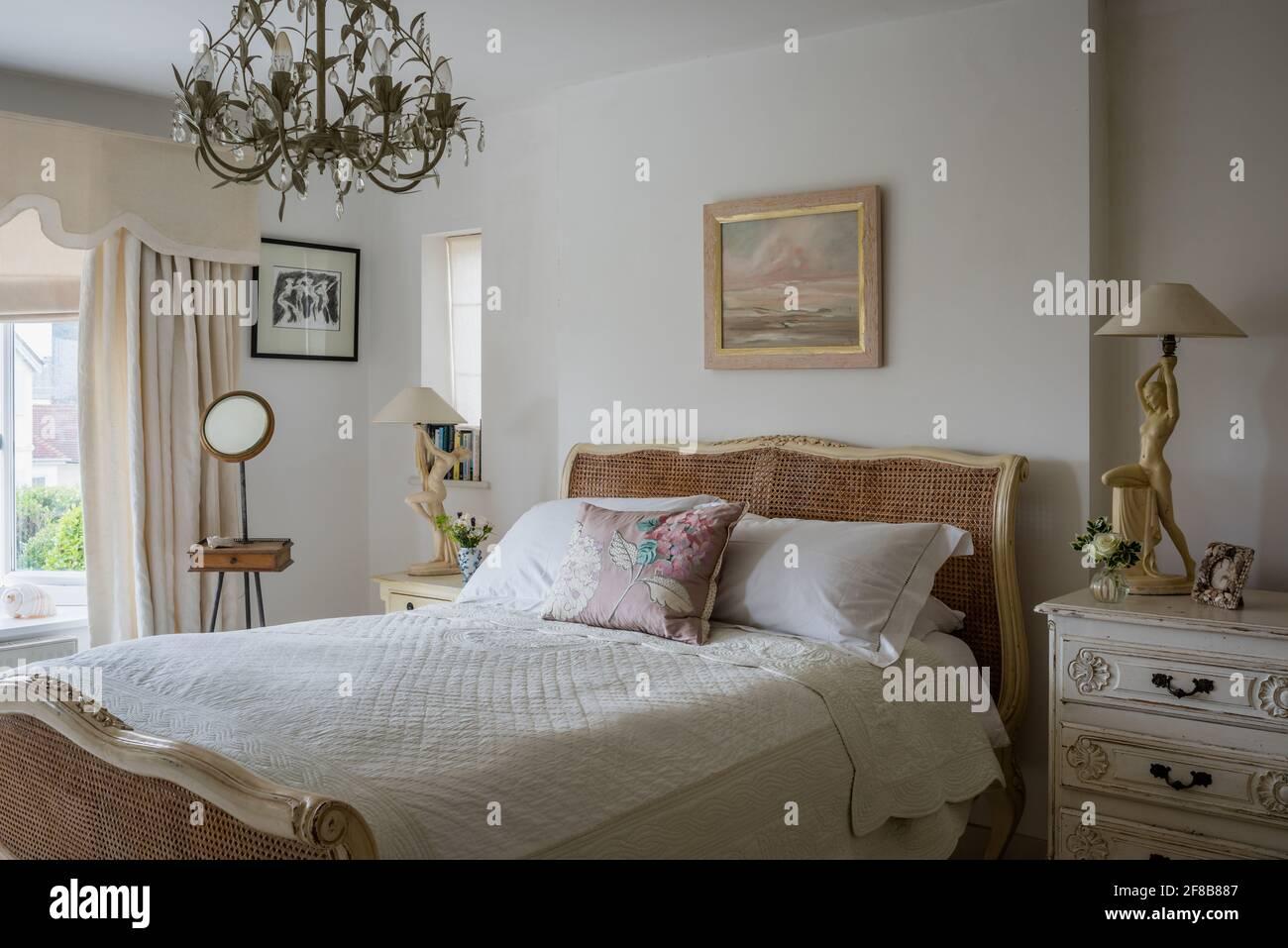 Lampes Art déco et miroir de rasage Edwardian avec lit en osier ancien dans West Sussex rénovation côtière. Banque D'Images