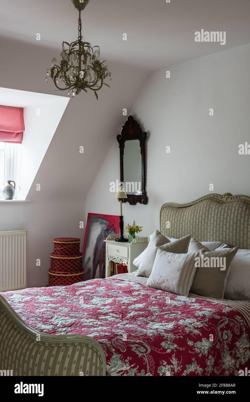 Courtepointe vintage sur un lit double dans West Sussex Coastal renovation Banque D'Images