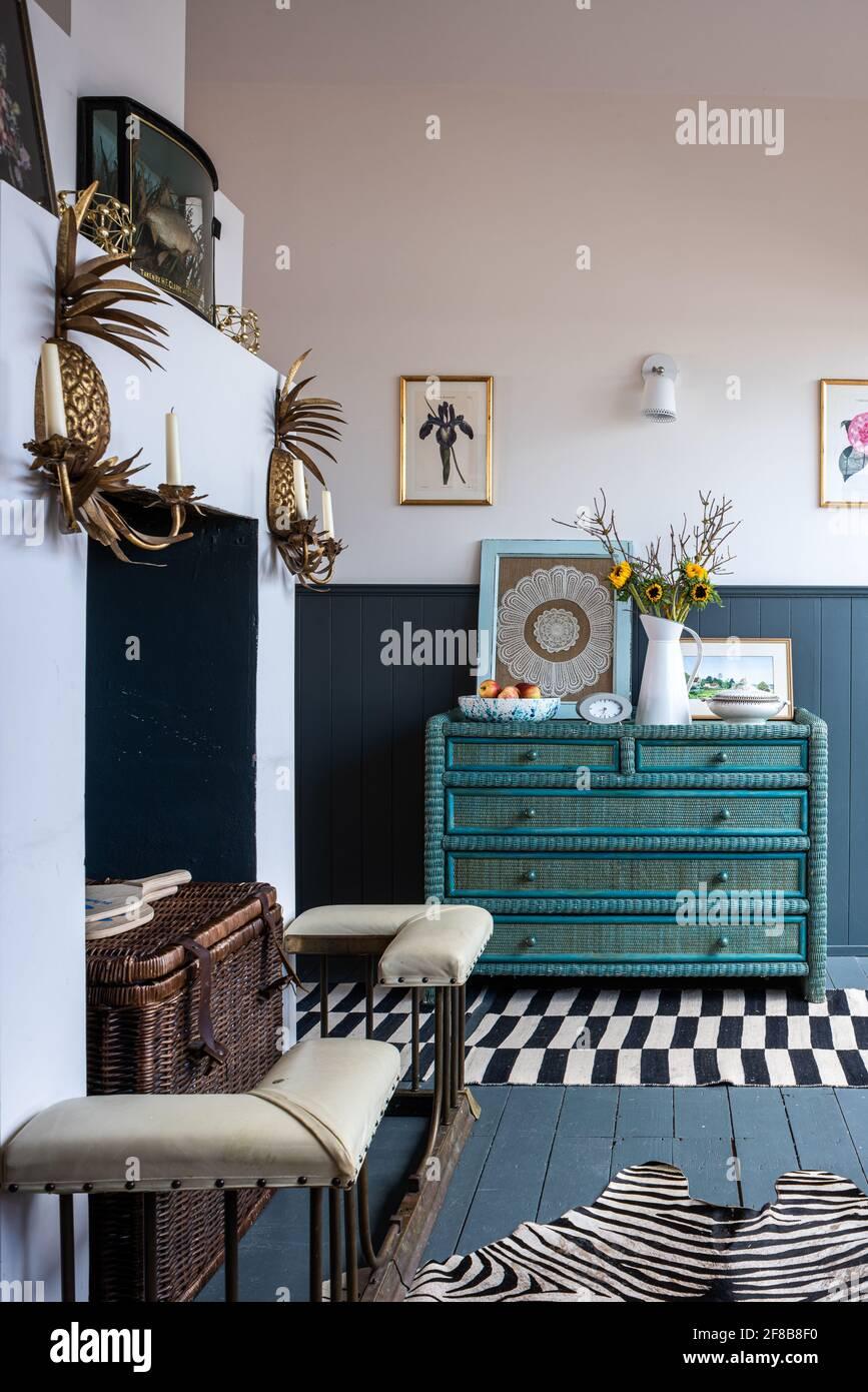 Appliques d'ananas et aile de club avec poitrine antique, peinture en descente dans maison de vacances rénovée, West Sussex. Banque D'Images