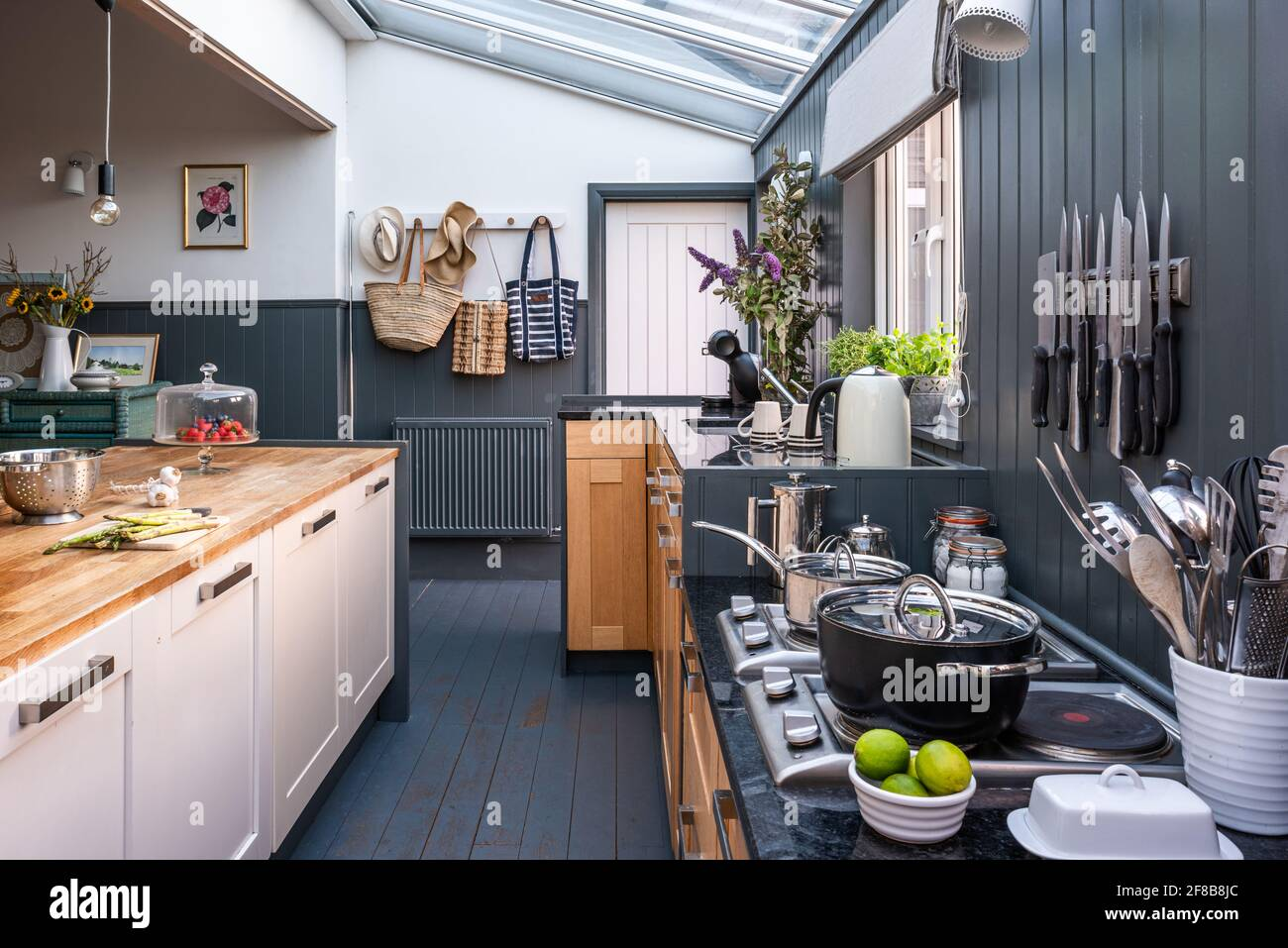 Habitat ex-cuisine exposée dans la maison de vacances étendue West Sussex. Banque D'Images