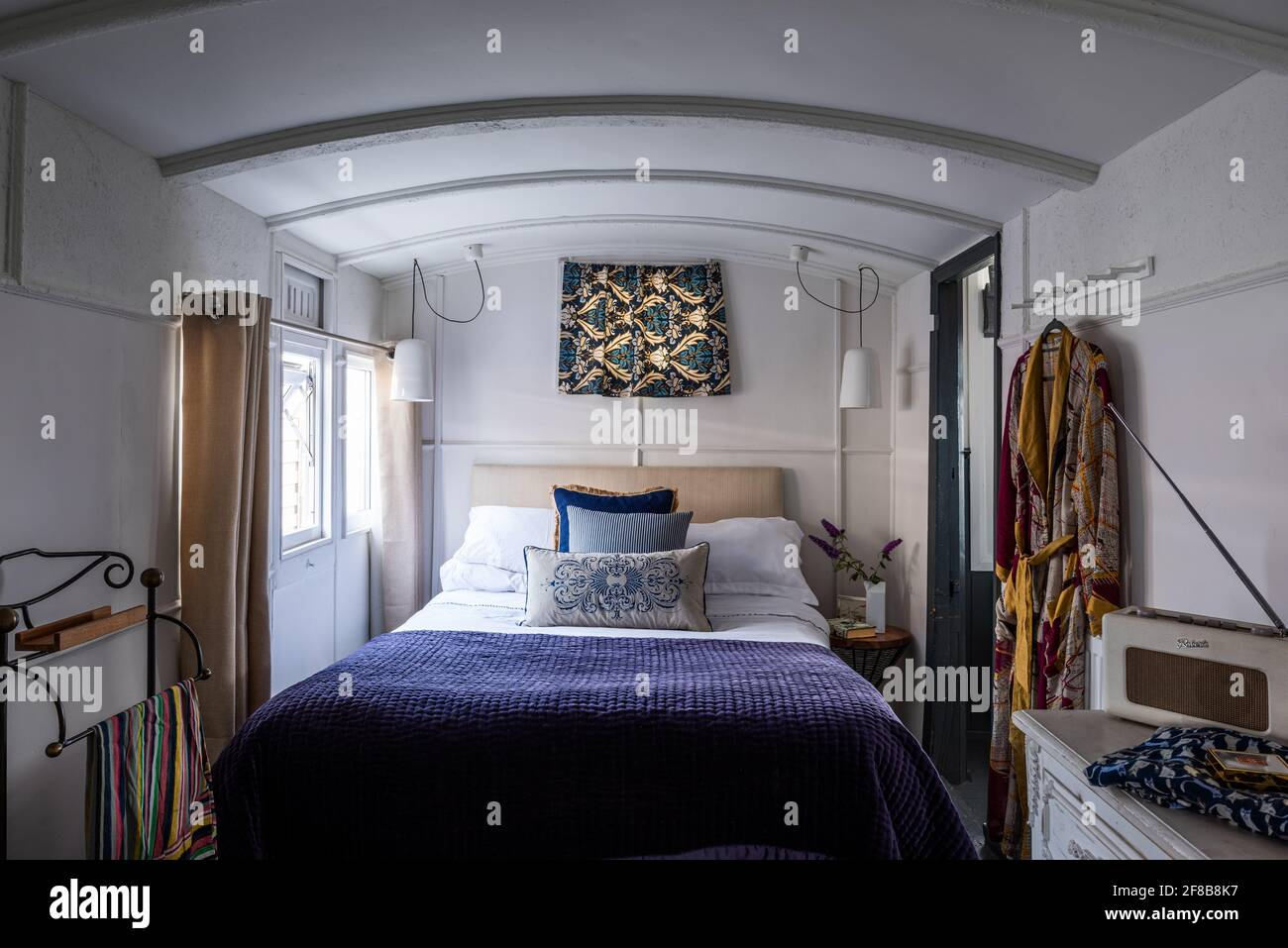 Lit double dans une voiture de chemin de fer victorienne réaménagé, West Sussex maison de vacances. Banque D'Images