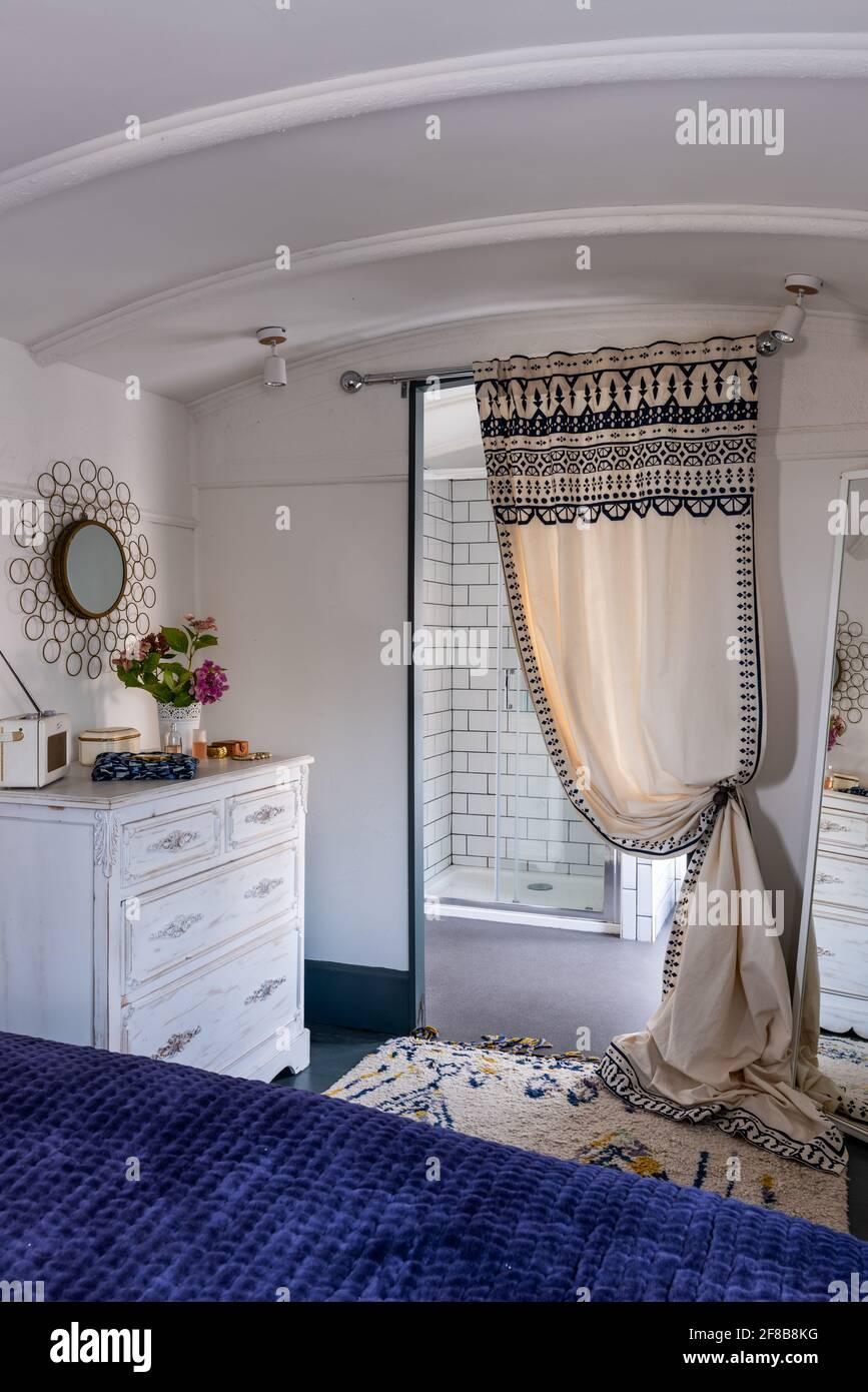 Salle de douche attenante dans la voiture victorienne réaménagée, West Sussex. Banque D'Images