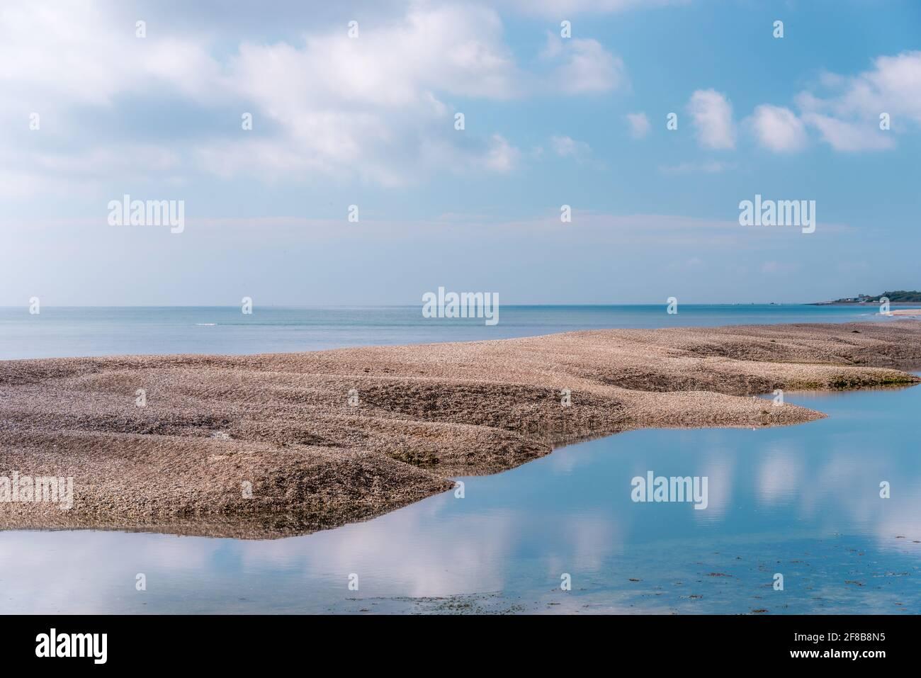 Vue sur la mer et le banc de sable à Pagham, West Sussex. Banque D'Images