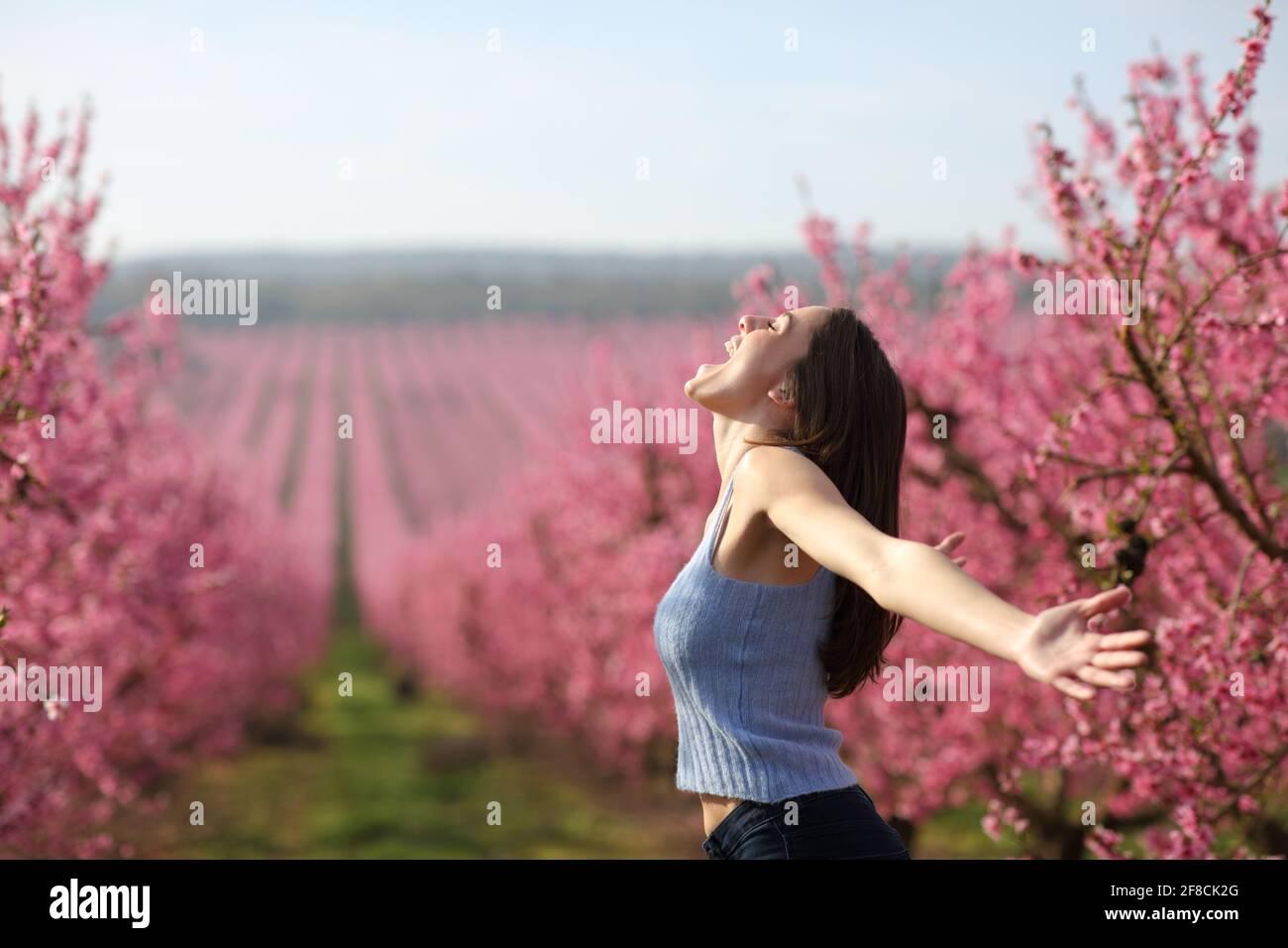 Portrait de vue latérale d'une femme excitée criant dans un des bras qui s'étirent sur le terrain célèbrent les vacances au printemps Banque D'Images