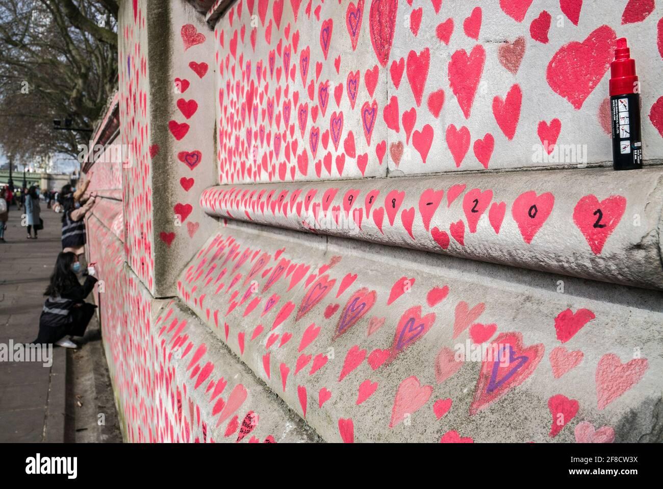 Mur national du Covid, 150,000 coeurs peints sur le mur en face des chambres du Parlement comme un mémorial pour ceux qui sont morts du coronavirus Banque D'Images