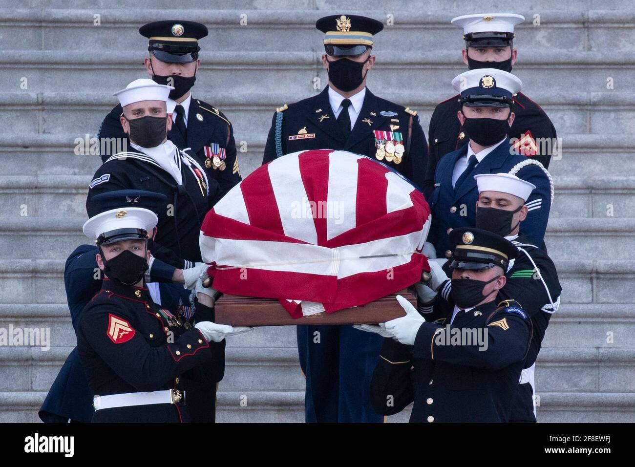 Le rôle de William Evans, officier de police du Capitole des États-Unis, est porté par un garde-honneur de service conjoint sur les marches du Front est du Capitole des États-Unis après avoir été couché en honneur dans la Rotunda du Capitole, à Washington, DC, États-Unis, le 13 avril 2021. Une cérémonie d'hommage et de mensonge en honneur a eu lieu pour l'officier Evans, qui a été tué et un autre officier blessé dans l'exercice de ses fonctions lorsqu'un suspect a percuté un véhicule à l'entrée nord du Capitole, le 02 avril. Photo de Michael Reynolds/Pool/ABACAPRESS.COM Banque D'Images