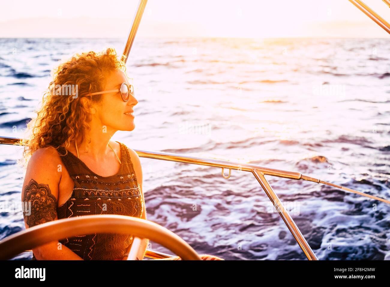 Joyeux portrait de femme de race blanche moderne et tendance profiter de voyage et excursion en voilier en été vacances loisirs activité - l'homme et la nature - fe Banque D'Images