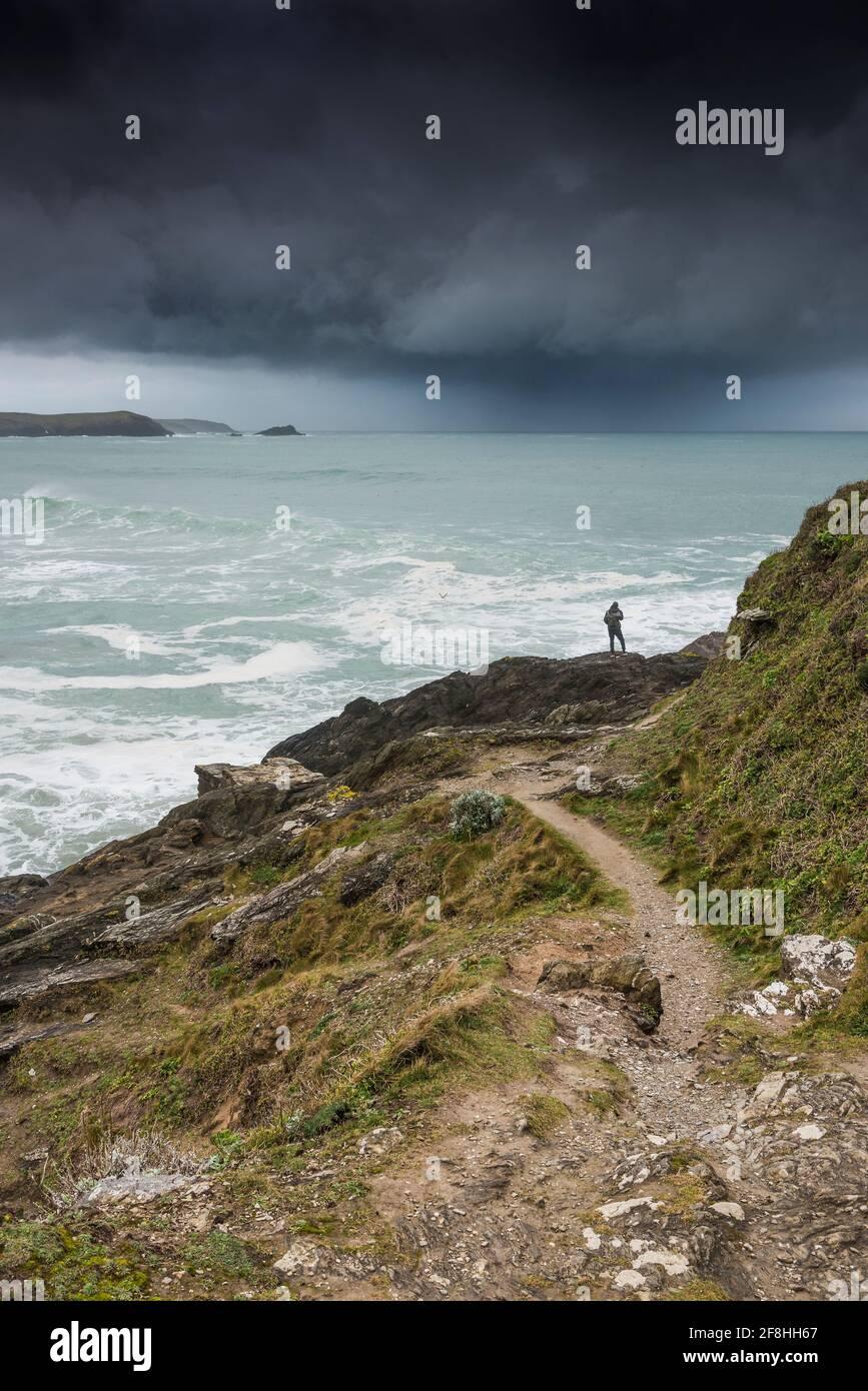 Des nuages de tempête spectaculaires s'approchent de la baie Fistral à Newquay, dans les Cornouailles. Banque D'Images
