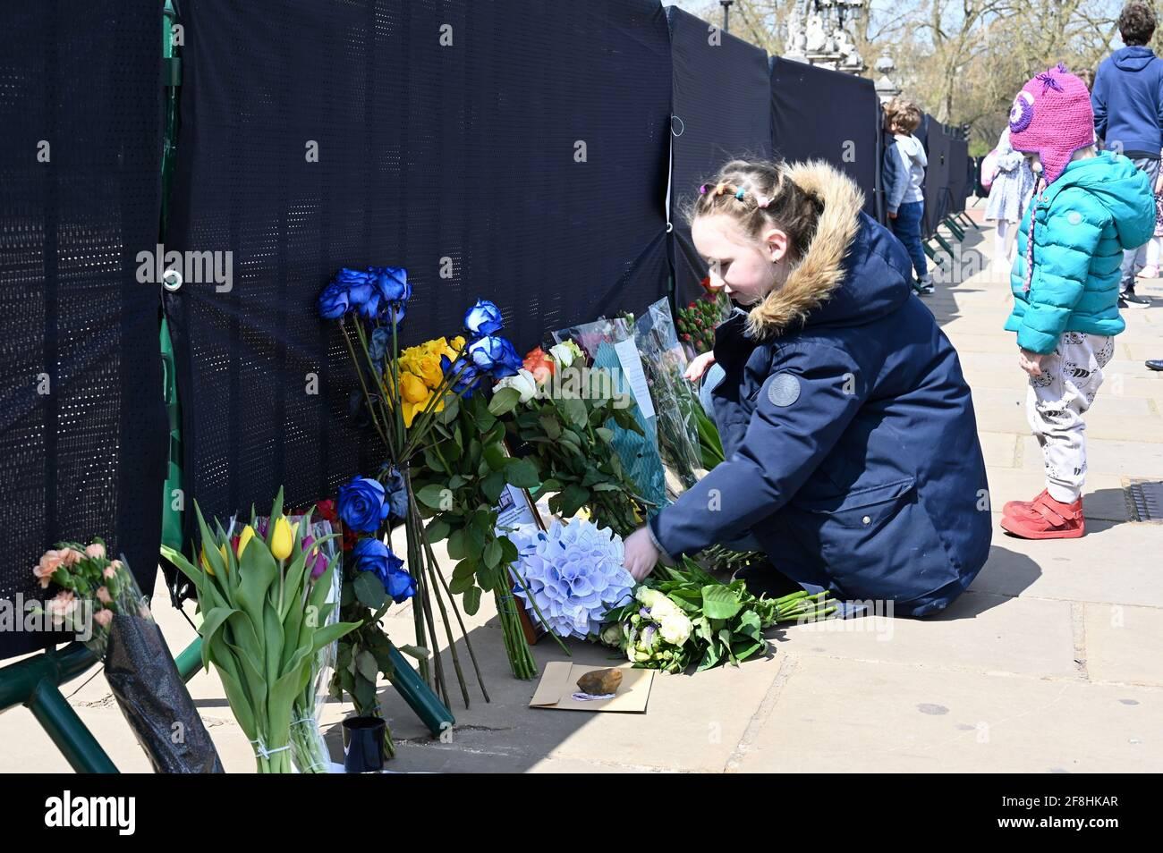 Londres. Les puisseuses royales laissent des hommages floraux au duc d'Édimbourg après sa mort le vendredi 09.04.2021. On a demandé aux personnes qui se sont garantes de rester à l'écart des résidences royales en raison de la pandémie du coronavirus. Buckingham Palace, Londres. Banque D'Images