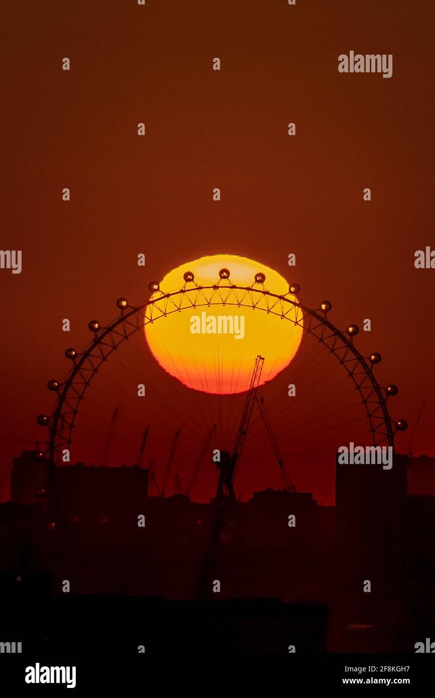 Londres, Royaume-Uni. 14 avril 2021. Météo au Royaume-Uni : coucher de soleil spectaculaire au-dessus de la roue London Eye alors que la ville se prépare à une mini-vague de chaleur. Credit: Guy Corbishley/Alamy Live News Banque D'Images