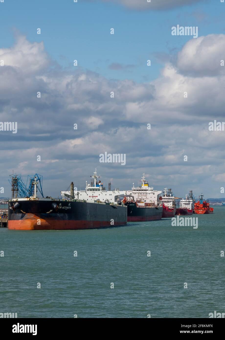 de gros navires-citernes et navires avec expédition à l'usine de traitement terminal de la raffinerie de pétrole marine esso fawley, dans les docks de southampton. Banque D'Images