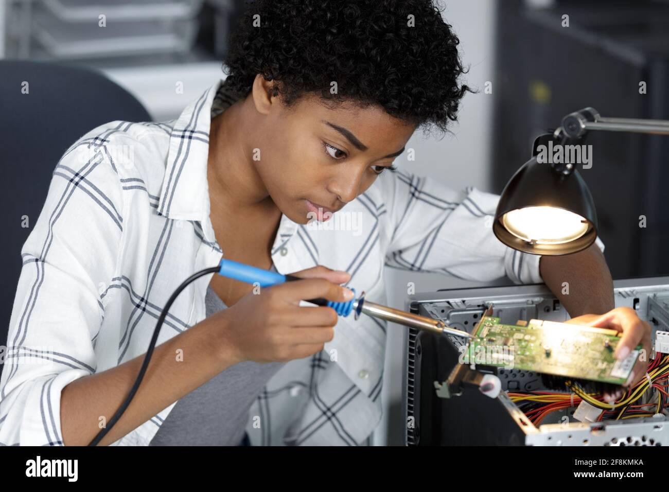 Éléments de soudure femme circuit board Banque D'Images
