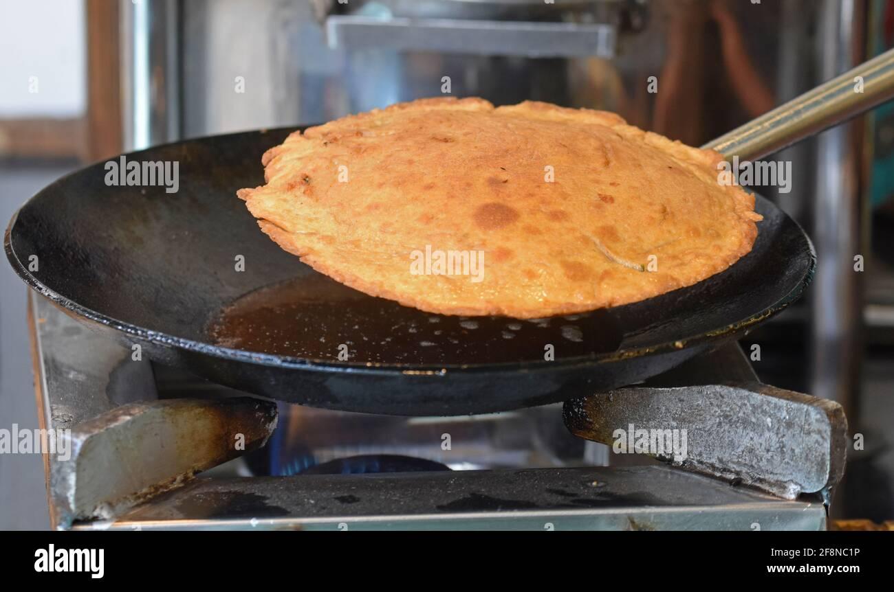 Pain plat indien - Aloo Kulcha avec Choley ou pain de pommes de terre farci ou farci Aloo Paratha, cuisine , Banque D'Images