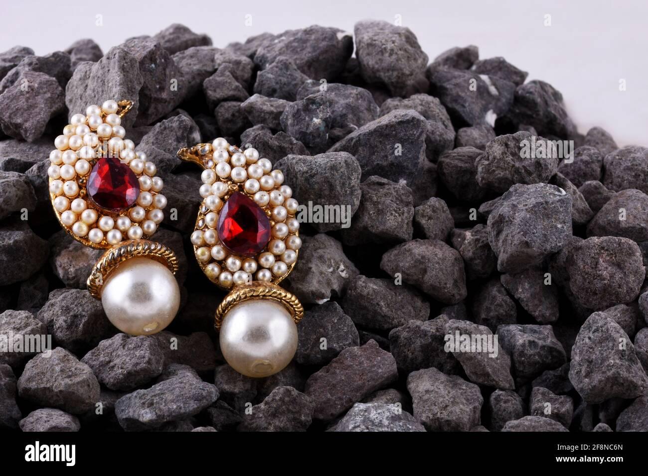 Boucles d'oreilles en perles avec pierres rubis, bijoux traditionnels indiens, bijoux indiens Banque D'Images