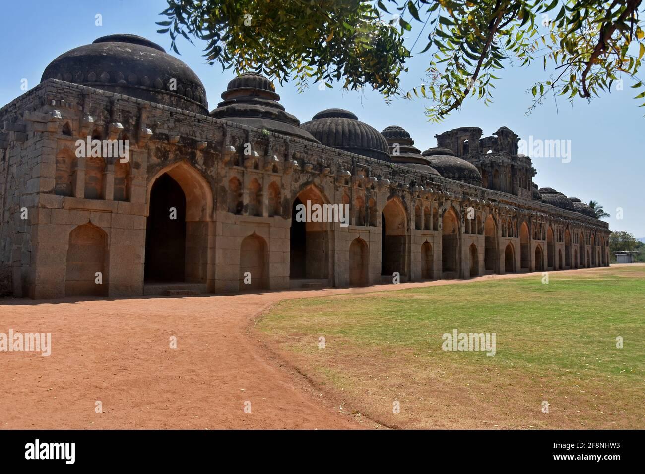 Ruines anciennes des écuries royales à Hampi du XIVe siècle Royaume de Vijayanagara l'ancienne ville de Vijayanagara, Hampi, Karnataka, Inde Banque D'Images