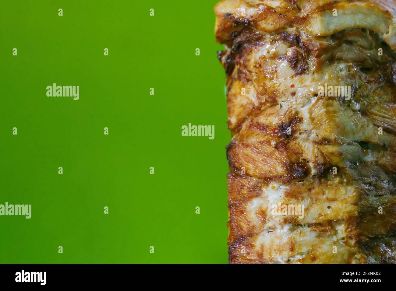 La viande de shawarma est grillée sur une brochette dans un asiatique restaurant Banque D'Images