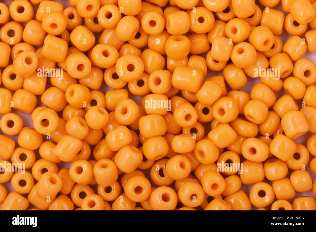 Perles jaunes sur fond blanc arrière-plan gros plan, macro, faire collier de perles Banque D'Images