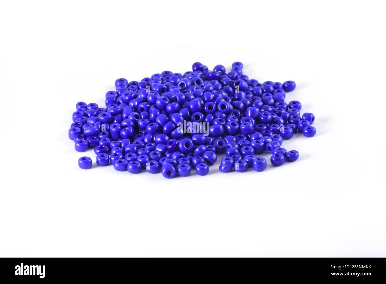 Perles étalées sur fond blanc arrière-plan gros plan, macro, faire collier de perles ou perles crochet quotidien perles Banque D'Images