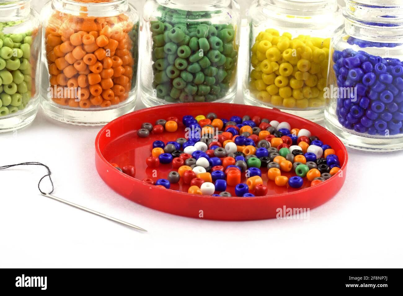 Perles de couleur avec aiguille perles en bouteille utilisées dans la finition vêtements de mode faire collier de perles, perles pour femmes de la mode, perles crochet quotidien perles Banque D'Images