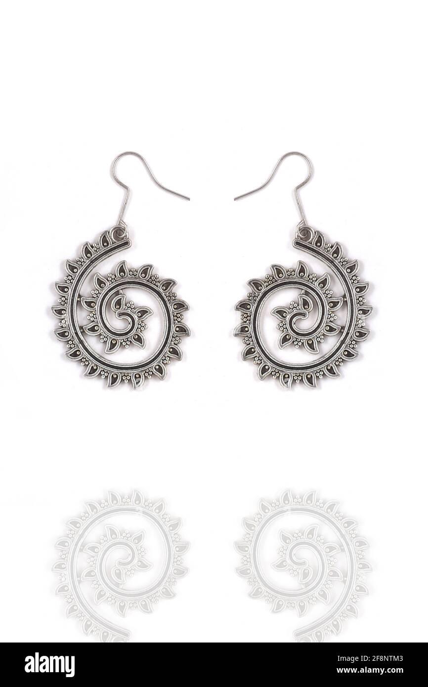 Beaux boucles d'oreilles argentées orientales bijoux (indien, arabe, africain, égyptien), boucles d'oreilles argentées oxydées, mode Exotic Asian Accessoires Banque D'Images