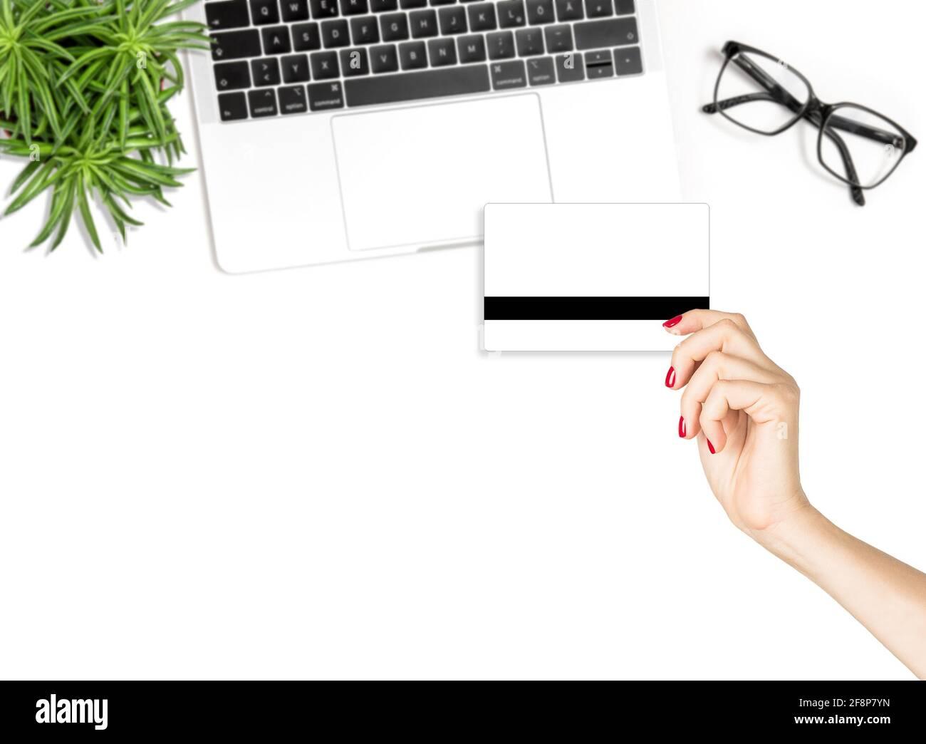 Concept d'achat en ligne. Femme tenant main carte de crédit. Mode Flat Lay blog médias sociaux Banque D'Images
