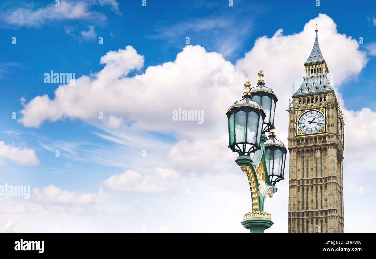 Chambre du Parlement à Londres. Big Ben sur ciel bleu ciel nuageux Banque D'Images