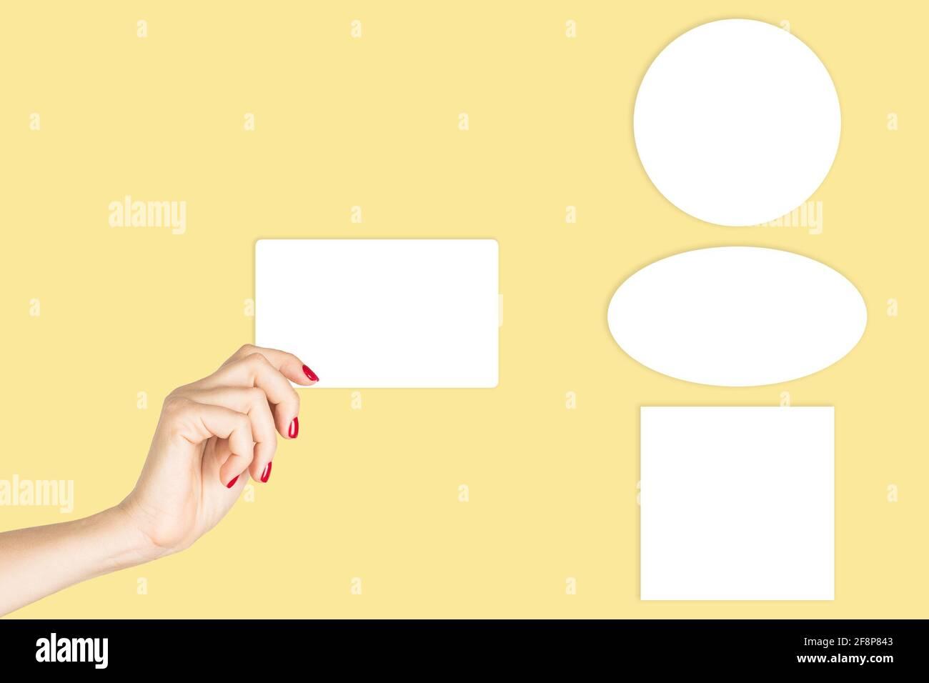 Maquette d'autocollant. Une femme tenant une main avec un modèle de carte vierge Banque D'Images
