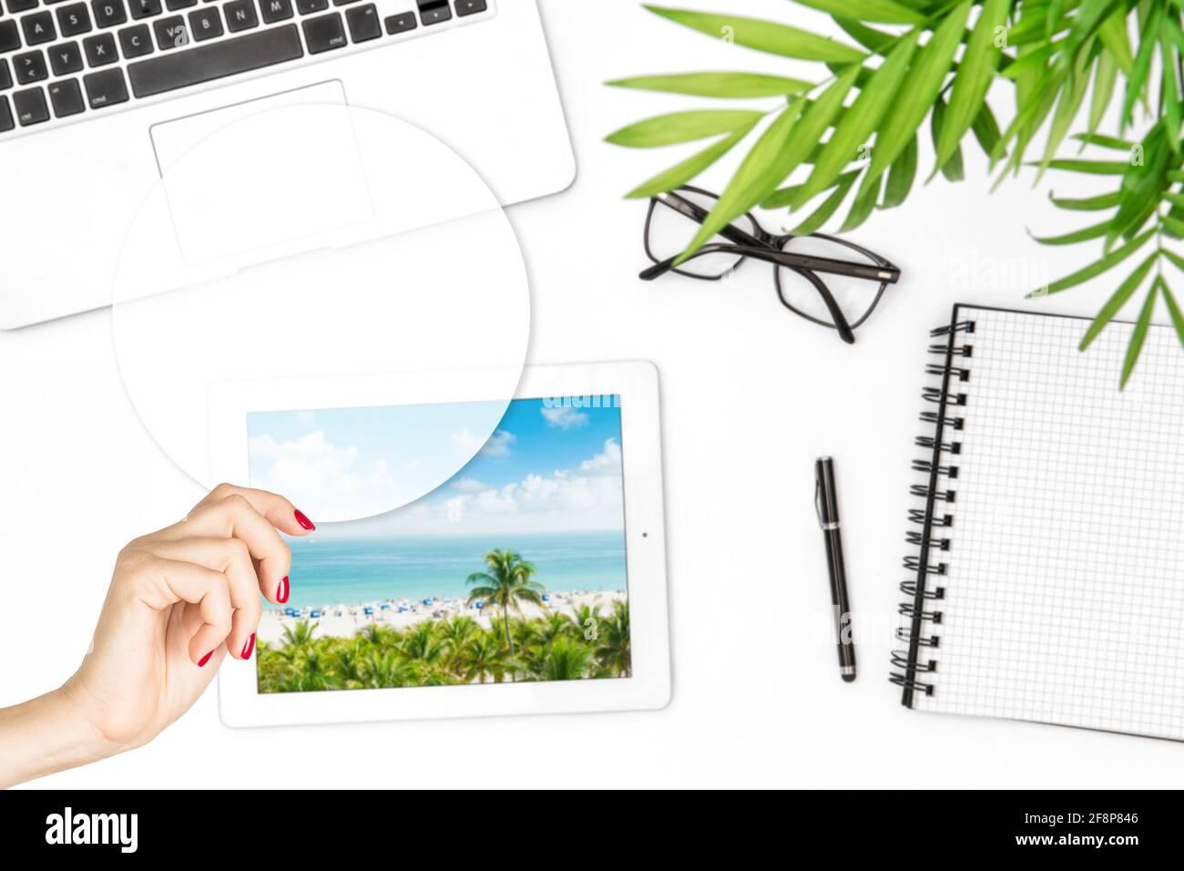 Maquette de ticker transparente pour les devis de motivation. Une femme tenant une main avec un modèle de carte vierge Banque D'Images