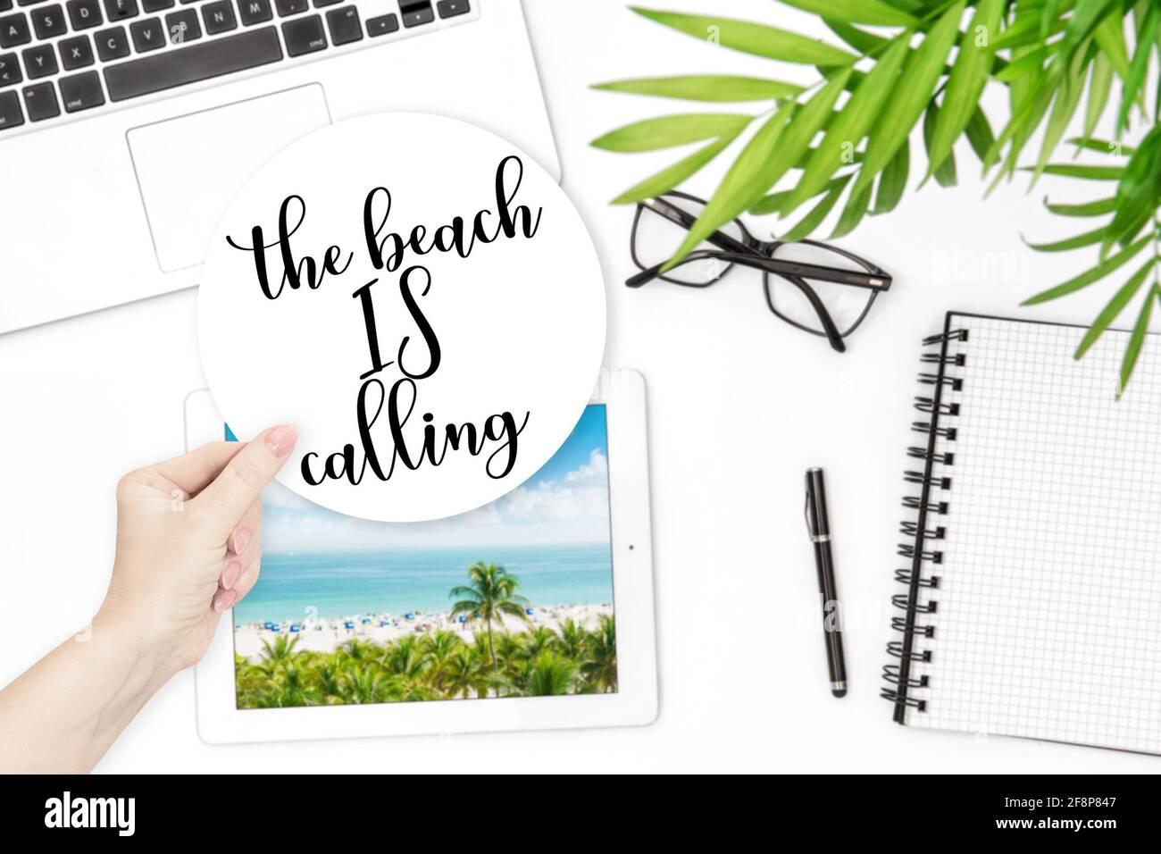 Accueil bureau vacances d'été concept. Autocollant de main de femme Banque D'Images