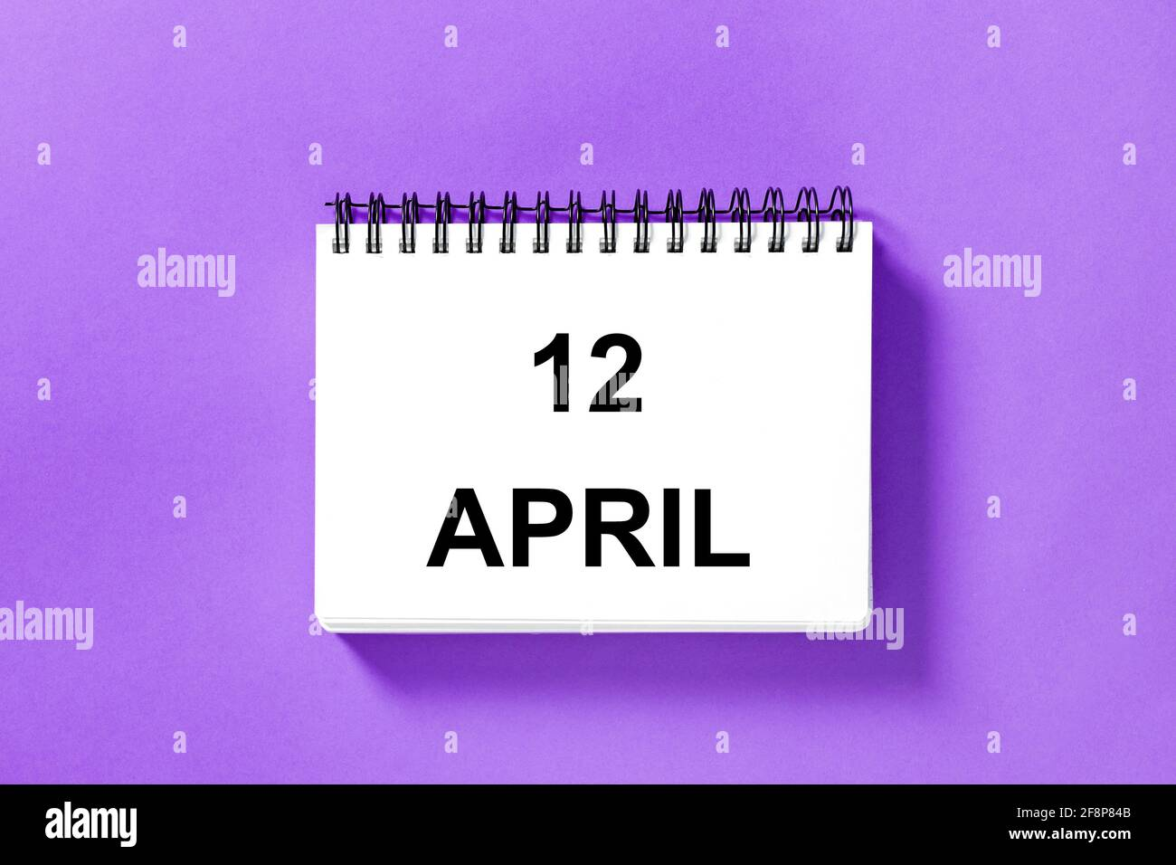 Calendrier pour la date sur fond violet. 12 avril Banque D'Images