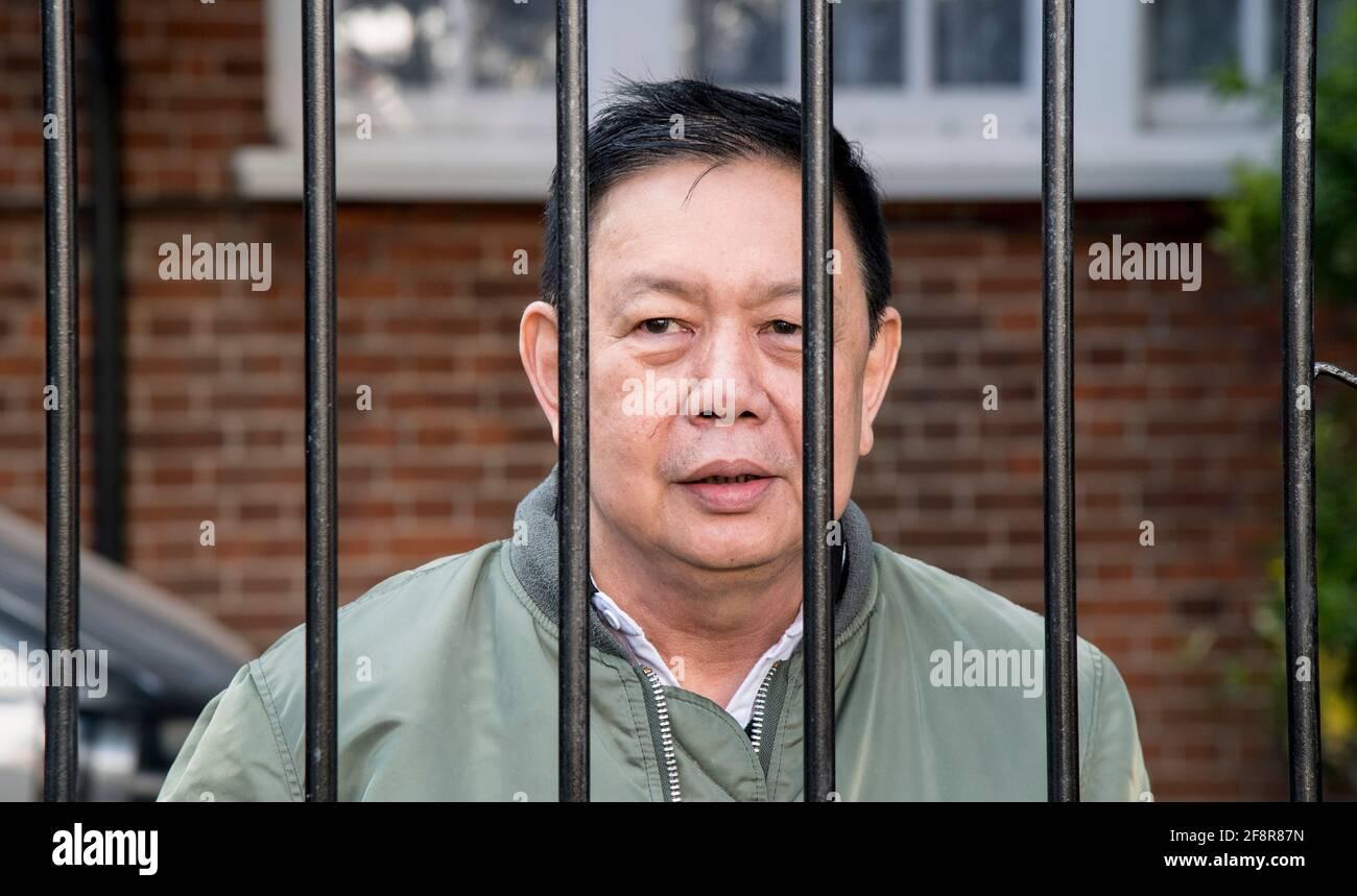 L'ancien ambassadeur du Myanmar au Royaume-Uni, Kyaw Zwar Minn, devant sa résidence dans le nord-ouest de Londres. L'ambassadeur a été empêché d'entrer dans l'ambassade du Myanmar à Mayfair après son départ. Date de la photo : jeudi 15 avril 2021. Banque D'Images
