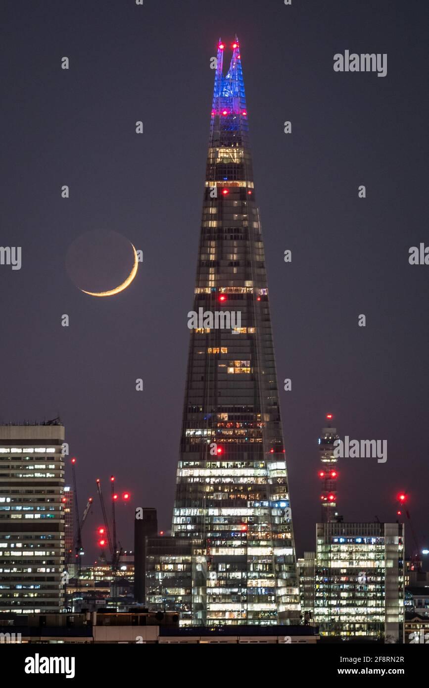Londres, Royaume-Uni. 14 avril 2021. Météo au Royaume-Uni : une lune de Crescent qui se dresse à la fin du mercredi, passant devant le gratte-ciel de Shard en suivant une direction nord-ouest. Credit: Guy Corbishley/Alamy Live News Banque D'Images