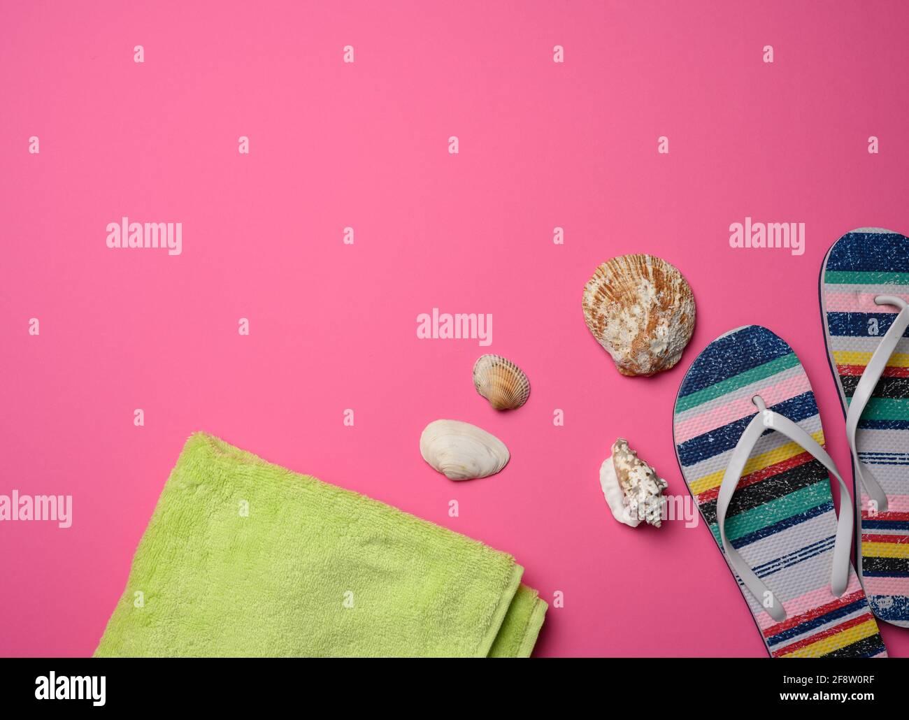 pantoufles multicolores pour femmes et seashell sur fond rose, vue du dessus Banque D'Images