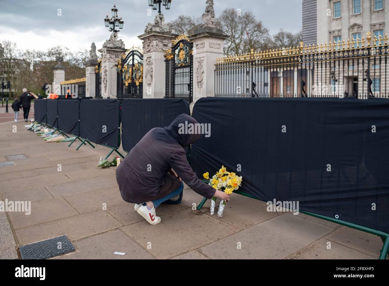 Londres, Royaume-Uni. 15 avril 2021. Les adeptes du wishers quittent les hommages floraux devant Buckingham Palace pour le HRH Prince Phillip à Londres, au Royaume-Uni, le 15 avril 2021. Les funérailles royales de cérémonie du prince Philip, duc d'Édimbourg auront lieu le 17 avril au château de Windsor.(photo de Claire Doherty/Sipa USA) crédit : SIPA US/Alay Live News Banque D'Images