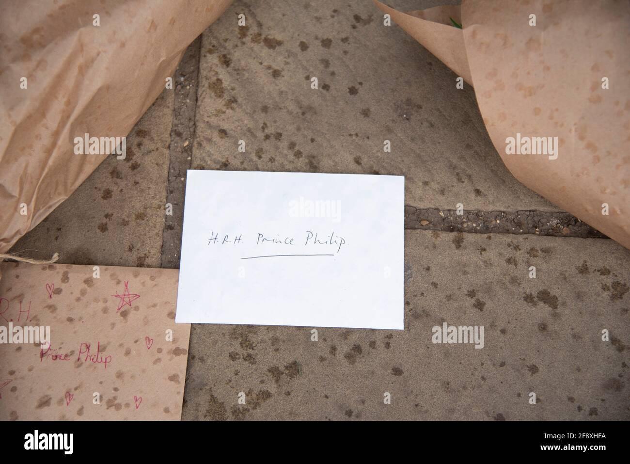 Londres, Royaume-Uni. 15 avril 2021. Les adeptes de la bonne tenue quittent les hommages devant Buckingham Palace pour le HRH Prince Phillip à Londres, au Royaume-Uni, le 15 avril 2021. Les funérailles royales de cérémonie du prince Philip, duc d'Édimbourg auront lieu le 17 avril au château de Windsor.(photo de Claire Doherty/Sipa USA) crédit : SIPA US/Alay Live News Banque D'Images