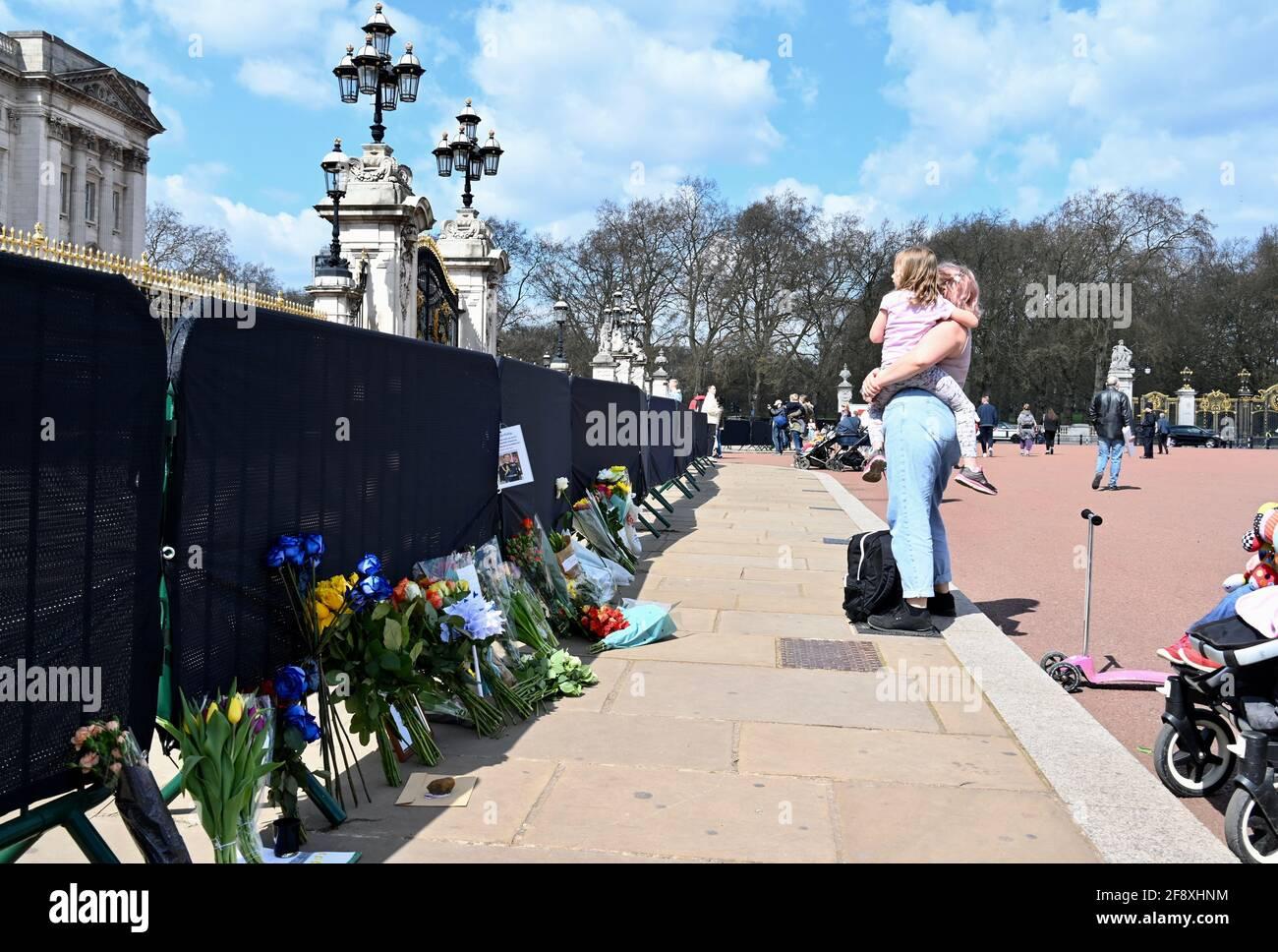 Les adeptes de puits royaux ont laissé des hommages floraux pour le duc d'Édimbourg après sa mort le 09.04.2021.On a demandé aux amateurs de coursiers de rester à l'écart des résidences royales en raison de la pandémie du coronavirus. Buckingham Palace, Londres. ROYAUME-UNI Banque D'Images