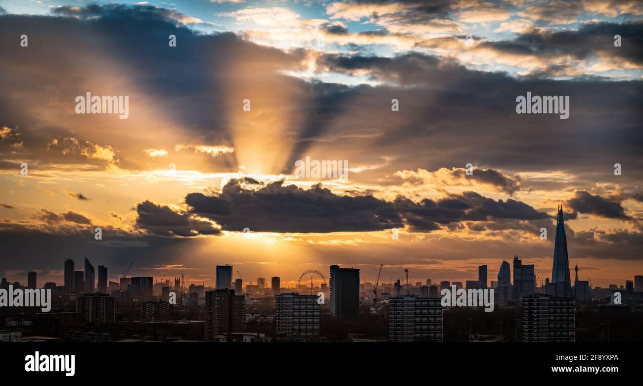 Londres, Royaume-Uni. 15 avril 2021. Météo au Royaume-Uni : le coucher du soleil est spectaculaire sur le paysage de la ville, avec les sites du Shard et du London Eye en vue. Credit: Guy Corbishley/Alamy Live News Banque D'Images