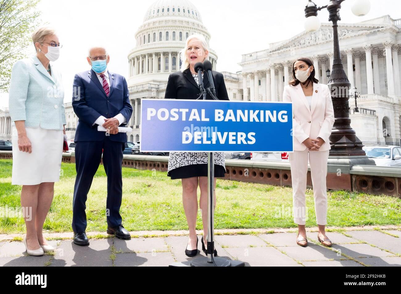 Washington, District de Columbia, États-Unis. 15 avril 2021. Le sénateur américain KIRSTEN GILLIBRAND (D-NY) a parlé lors d'une conférence de presse du programme pilote de banque postale. Crédit : Michael Brochstein/ZUMA Wire/Alay Live News Banque D'Images