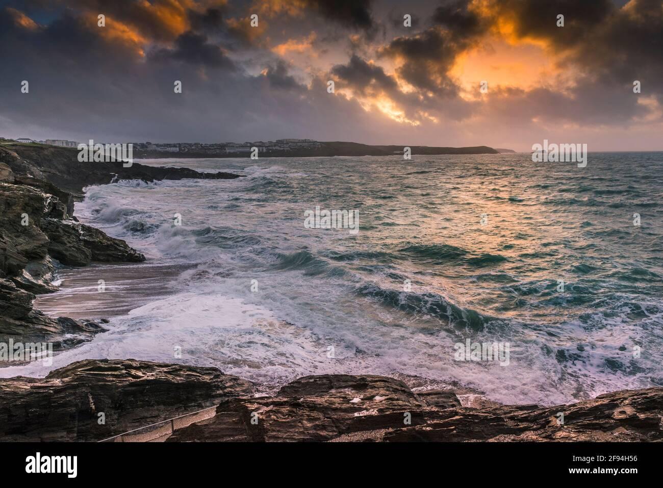 Un spectaculaire coucher de soleil de Cornouailles au-dessus de la baie de Fistral à Newquay. Banque D'Images