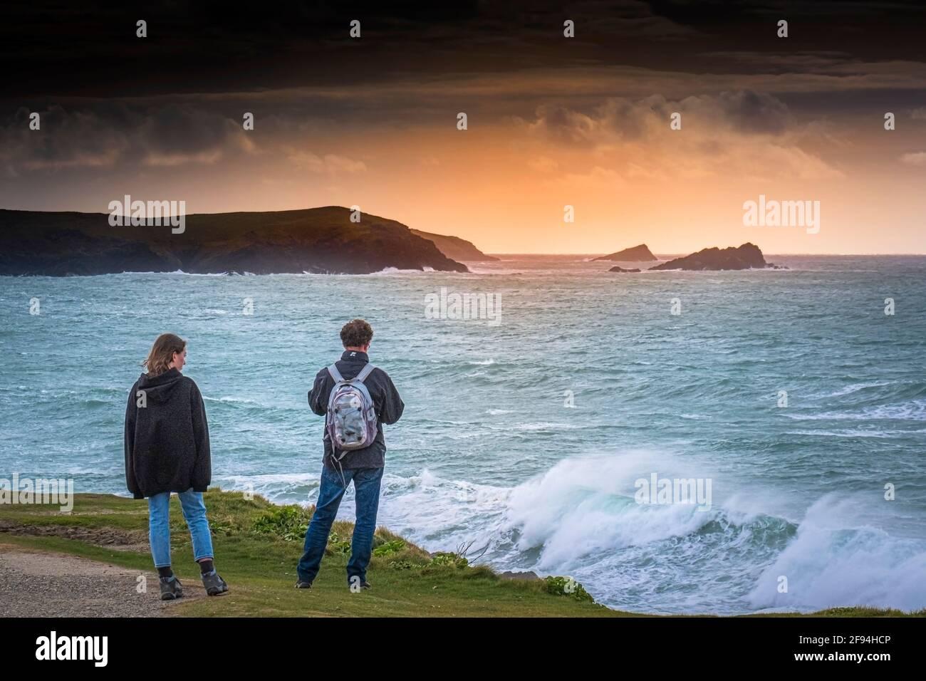 Deux personnes se tenant sur le sentier côtier surplombant la baie Fistral à Newquay, en Cornwall. Banque D'Images