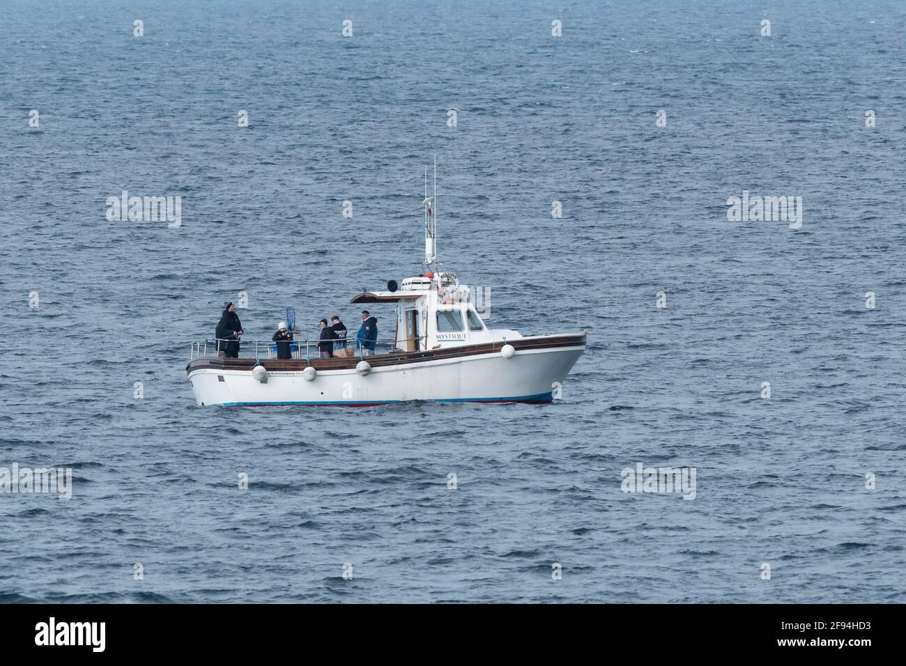 Le bateau de pêche Mystique dans la baie de Newquay sur la côte nord de Cornwall. Banque D'Images